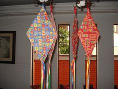 Balões feitos em tecido chita estampado com motivos juninos, estruturados com papelão e customizados com fitas de cetim.    Obs: A padronagem dos tecidos das fotos só poderá ser a mesma se houver disponibilidade do mesmo!    Ideal para decoração de festa junina!