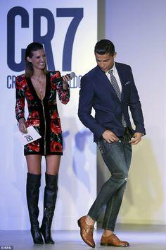 Cool look Cristiano Ronaldo Style, Cristino Ronaldo, Ronaldo Football, African Men Fashion, Mens Fashion, Cr7 Junior, Viernes Casual, Mode Simple, Designer Suits For Men
