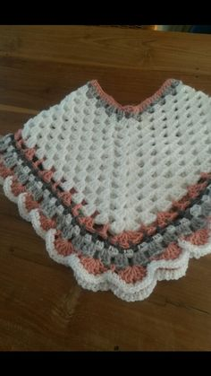 Stunning handmade baby poncho and hat. Made with coconut ice baby cakes yarn. Pink Peach and grey.Articles similaires à Poncho de Minnie & chapeau sur Etsy Crochet Baby Poncho, Crochet Baby Sweaters, Crochet Poncho Patterns, Baby Girl Crochet, Crochet Baby Clothes, Baby Knitting Patterns, Crochet For Kids, Crochet Shawl, Toddler Poncho