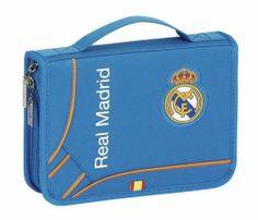 Esta colección de papelería escolar del Real Madrid está basada en la segunda equipación oficial del club blanco para la temporada 2013/2014. El color de fondo de esta nueva línea de material para el cole es el azul. También se utiliza el naranja en los pequeños detalles de la colección, creando un agradable contraste a la vista. Dimensiones: 21.5 cm x 15 cm x 4.5 cm.