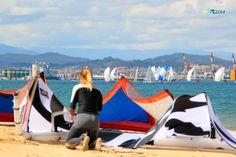 Preciosa sesión de KITE coincidiendo con regata en la bahía de Santander el pasado domingo 29 abril