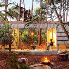 Le jardin d'une maison atypique dissimulée entre les pins à Lacanau
