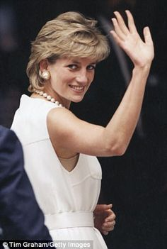 We just don't know it yet. Diana Spencer, perhaps the most brilliant politician of our age, destroyed the British monarchy 20 years ago. Princess Diana Hair, Princess Diana Family, Princess Diana Pictures, Princess Kate, Princess Of Wales, Lady Diana Spencer, Diana Haircut, Hair Evolution, Cut My Hair