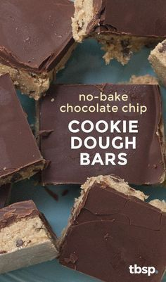 We've turned everyone's favorite favorite chocolate chip cookie dough into a safe-to-eat, safe-to-serve bar that's perfect for summer potlucks and barbecues (or any time you need a raw cookie dough… Homemade Desserts, No Bake Desserts, Just Desserts, Delicious Desserts, Dessert Recipes, Yummy Food, Awesome Desserts, No Bake Cookie Dough, No Bake Cookies