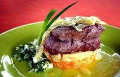 Carne-de-sol pernambucana servida com purê de macaxeira e farofa de jerimum.