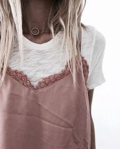 Sobreposição é uma super tendência, na foto look com regata de alcinha nude e tshirt branca por baixo, o colar dá um charme na produção