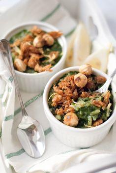 Risotto agli spinaci e limone con tonno e nocciole bellissimo, elegante e saporito... dai contrasti che ti conquistano! La ricetta su http://noodloves.it/risotto-agli-spinaci-limone-tonno-nocciole/ #Risotto #Spinaci #Tonno #Limone #Nocciole #Gourmet #ItalianRecipe #Recipe #Tuna #Spinach #Yummy