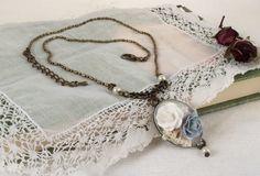 Collar gargantilla estilo shabby chic Medida de la cadena incluído el cierre: 41cm Extensión de 3cm Camafeo de 27x20mm con fondo pintado de blanco i