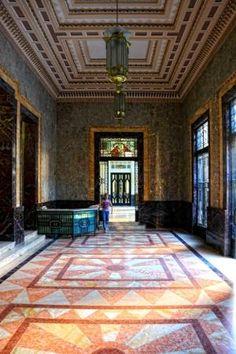 Edificio Bacardí (La Habana). El edificio fue encargado a los arquitectos Rafael Fernández Ruenes, Esteban Rodríguez Castell y José Menéndez, por la compañía ronera Bacardí S.A.. Esta joya del Art Decó se concluyó en 1930 y en su momento fue la estructura más alta de la ciudad