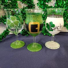 Diy Crafts To Do, St Patrick's Day Crafts, Holiday Crafts, Wine Glass Crafts, Bottle Crafts, St Paddys Day, St Patricks Day, St Patrick Day Treats, St Patrick's Day Decorations