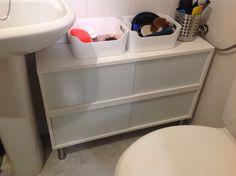 Un mueble para baños pequeños con Östhamra y Capita de Ikea