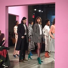 [NFW_Day3] 남성복에서 영감을 받은 쇼를 선보인 Tibi. 정제된 테일러링과 비스포크 디테일 과장된 어깨가 돋보이는 수트와 코트들이 눈길을 사로잡았죠.  via HARPER'S BAZAAR KOREA MAGAZINE OFFICIAL INSTAGRAM - Fashion Campaigns  Haute Couture  Advertising  Editorial Photography  Magazine Cover Designs  Supermodels  Runway Models
