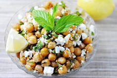 Insalata di ceci arrosto con feta al profumo di aglio | #Ricetta #Idee #Cucina