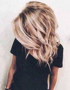 Rien de tel qu'un simple tee-shirt noir pour sublimer un blond lumineux