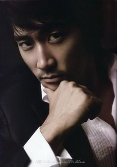 Song Seung Heon loving that look. Now kiss me 👅! Song Seung Heon, Jung So Min, Asian Celebrities, Asian Actors, Celebs, Sexy Asian Men, Sexy Men, Dr Jin, Sung Hyun