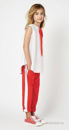 Комфорт и красоту в одежде сочетать непросто, но дизайнерам новой коллекции Twin-Set Simona Barbieri для девочек от 6 до 16 лет это удалось. Куртки, жилеты, комбинезоны из денима, свободные туники, футболки с забавными принтаи и надписями отвечают за удобство в повседневной носке, а вот платья, жакеты, кардиганы в пастельных оттенках и с цветочными принтами - за женственность. Tween Fashion, Little Girl Fashion, Look Fashion, Jupe Short, Outfits Niños, Mode Glamour, Cool Kids Clothes, Kid Styles, Child Models