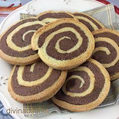 INGREDIENTES para unas 20 galletas espirales grandes: 250 gr de harina 1 huevo 1 cucharadita de levadura en polvo 1 cucharadita de esencia de vainilla 100 gr de mantequilla 100 gr de azúcar (mejor si es azúcar glas) 3 cucharadas de cacao en polvo