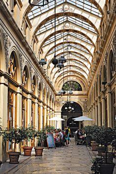 La GALERIE VIVIENNE est un passage du 2e arrondissement de Paris, FRANCE, d'une longueur de 176 m pour une largeur de 3 m,Les façades des immeubles sont 4 rue des Petits-Champs, ; 5-7, rue de la Banque ; 6, rue Vivienne,Date de création : 1823,......SOURCE DETOURSENFRANCE.FR.......