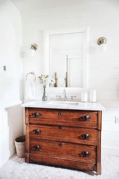Simple white farmhouse bathroom interior design inspiration. #Homeinteriordesign #rusticfarmhousebathroom