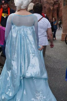 back view of her cape. see all the snowfakes? Frozen Cosplay, Frozen Costume, Cosplay Ideas, Disney Frozen, Elsa, Sari, Gowns, Costumes, Diy