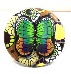 Bouton rond 5 cm: composition  avec papillon vert en relief. BoutonsdAuj sur ETSY