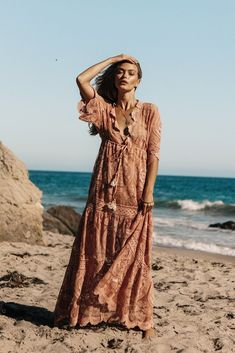 So many designers create summer's favorite delights, light cotton maxi-dress with short sleeves. Muted Color making it look vintage. The dress goes great with a tan. Estilo Hippie Chic, Hippy Chic, Estilo Boho, Boho Chic, Boho Style, Boho Dress, Lace Dress, Lace Maxi, Dress Beach