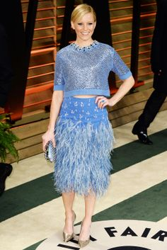We are obsessed (obsessed) with Elizabeth Banks' Jenny Packham feather skirt and crop top. The combo is pretty, feminine, and the perfect shade of sky blue. But, it also looks comfortable — and that's important.