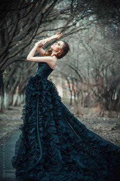 Картинки по запросу фотосессия в черном платье в лесу