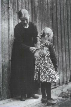 Vintage photo: Before her own wedding, Samueli Paulaharju combs her daughter's hair (c.1930)