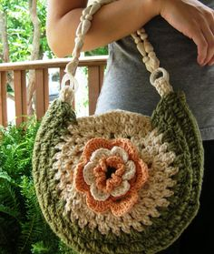 Bolso con flor en el centro. ♥ https://www.pinterest.com/LeoncitosLocos/crochetesamor/