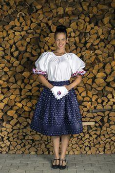 A Kovács Miklós kékfestő mester által készített anyag a finom és elegáns tapintást biztosítja, így a klasszikus szabású kékfestő szoknyával nem lehet hibázni. Az aprón hímzett, buggyos ujjú ing magában is viselhető, egy bőrtáskával kiegészítve pedig a népi elegancia eszenciáját adja. Folk Costume, Costumes, Pretty Girls, Lace Skirt, Hungary, Lady, Skirts, Clothes, Vintage