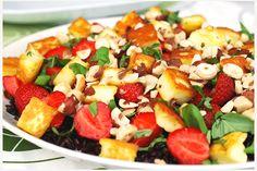 Rissallad med jordgubbar och halloumi. Den salta halloumiosten möter de söta svenska jordgubbarna i den här fantastiskt goda salladen. Och så är den dessutom underbart vacker med färgkontrasterna från det svarta riset.