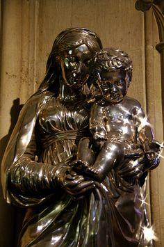 cathédrale Notre-Dame Trésor: statue argent repoussé Vierge à l'Enfant par Jean-Baptiste Claude Odiot don de Charles X