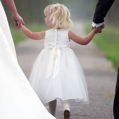 Sweet photo with the flower girl Country Wedding Groomsmen, Country Wedding Colors, Country Wedding Photos, Wedding Bridesmaids, Wedding Photography With Kids, Wedding Photography Inspiration, Wedding Fotografie, Foto Wedding, Pregnant Wedding