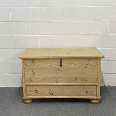 Large Antique Pine Mule Chest (F5203B) Antique Pine Furniture, Keys To Go, Strap Hinges, Candle Store, Blanket Box, Candle Box, Trunks And Chests, How To Make Box, Hope Chest