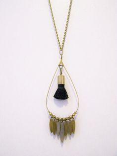 Sautoir goutte en laiton et pompon noir : Collier par les-bijoux-de-circe