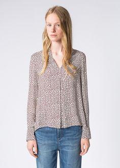 Die Bluse aus 100% Viskose besticht mit einem ausdrucksstarken Print. Das geometrische Muster verleiht ihr einen modernen Charakter, während die ausgestellte, fließende Silhouette sowie der wunderschöne Schalkragen eine feminine Note ins Spiel bringen....