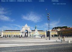A Praça do Comércio, também conhecida como Terreiro do Paço, em Lisboa,Portugal. A passagem sob o Arco Monumental faz a ligação com a Rua Augusta, rua de pedestres bastante movimentada. O lado oposto da foto (asfalto) margeia o Rio Tejo. Soube que este espaço passou por alterações de paisagismo ,espero vir a ter oportunidade de conhecer a sua nova aparência. Foto : Cida Werneck