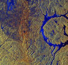 Wasser im Kreis      Kreisrunder See mit Insel - das zeigt ein Schnappschuss...