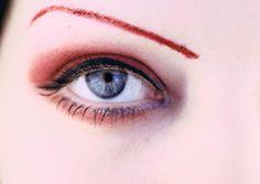 Fundamentais para a harmonia do rosto, as sobrancelhas precisam de cuidados especiais. Exatamente pela importância na expressão, alguns erros na hora de desenhar ou remover os pelos podem ser prejudiciais.Leia também5 truques de maquiagem para valorizar as sobrancelhasCuidados certos com sobrancelha valorizam o olha