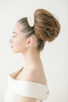 ポニーテールにしたヘアをすき毛を入れてボリュームを出しながらまとめます。 ■お問い合わせ先 ラ・クチュール ヨシエ tel.03-5457-3020 ...