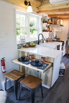 70 Incredible Tiny House Kitchen Decor Ideas More from my Clever Tiny House Kitchen Decor Gorgoeus Tiny House Small Kitchen Minimalist Kitchen Ideas For A Modern Incredible Minimalist Kitchen Design Casa Loft, Tiny House Storage, Tiny House Closet, Big Kitchen, Kitchen Corner, Kitchen Dining, Kitchen Cabinets, Kitchen Modern, Dining Rooms