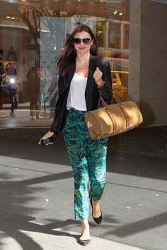 Victoria's Secret super model and Aussie mum Miranda Kerr scores a for her street style – looking effortlessly chic in printed pants, a classic white tee and black blazer finished with a simple suede ballet flat. Miranda Kerr Outfits, Style Miranda Kerr, New Fashion Trends, Star Fashion, Womens Fashion, Fashion News, First Date Outfits, Cool Outfits, Elegant Woman