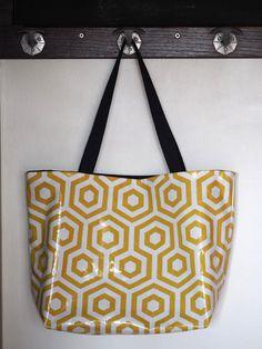 Ce grand sac cabas aux imprimés graphiques tendances pourra vous servir comme sac de shopping, sac de plage, sac de cours, où pour le boulot !  A lextérieur, il est en coton enduit imprimé graphique jaune moutarde et blanc. Cest un tissu toile de coton enduite dun revêtement PVC (80% coton, 20% PVC). Il est épais et de haute qualité. Lavantage de ce tissu est que vous pouvez le nettoyer dun coup déponge, il est imperméable et résistant. Il est doublé avec un coton uni bleu marine. A…