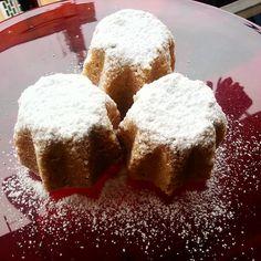 Ingredienti: Per uno stampo di 1 kg (22 cm di diametro) - 85 gr purea di banane - 60 ml latte di soia + 3 cucchiai - 18 gr lievito di birra - 40 gr margarina home made (ricetta nel blog) - 160 gr burro di cocco bio - 4 cucchiai di amido - 2 cucchiai di farina di tapioca - 1 cucchiaino di curcuma - 465 gr di farina 0 - 100 gr di zucchero di canna + 1 cucchiaio aggiuntivo - 3 cucchiai di acqua - una presa di sale rosa - vaniglia Procedimento: Fase 1 - Sciogliamo 15 gr di lievito di birra in…