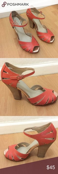 Seychelles Leather Peep Toe 4 inch Heel Size 7 Coral leather peep toe Seychelles heel with rose gold metallic front platform and elasticized buckled ankle strap. Leather upper, man made lining and sole. Very comfortable, lightly used. Seychelles Shoes Heels