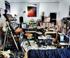 """Bedroom Rockers"" – DJs and their Bedrooms / Livingrooms (16 Pictures) > Fashion / Lifestyle, Film-/ Fotokunst, Musik, Streetstyle > bedrooms, djs, sleeping spaces, vinyl, worldwide"