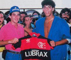 Mozer entrega a camisa do Flamengo para Ayrton Senna - anos 80 - imagem histórica.