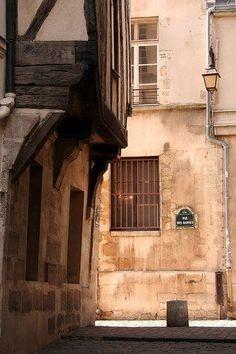 The Rue des Barres is a cobblestone pedestrian street that leads from the rear of St-Gervais church down to the Seine, on the right bank . Architecture Parisienne, Paris Architecture, Monuments, Paris Coffee Shop, Francois Villon, Baron Haussmann, Le Marais Paris, Old Paris, Paris Ville