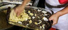 Montando a Sopa Paraguaya: massa, carne moída e ovo cozido...